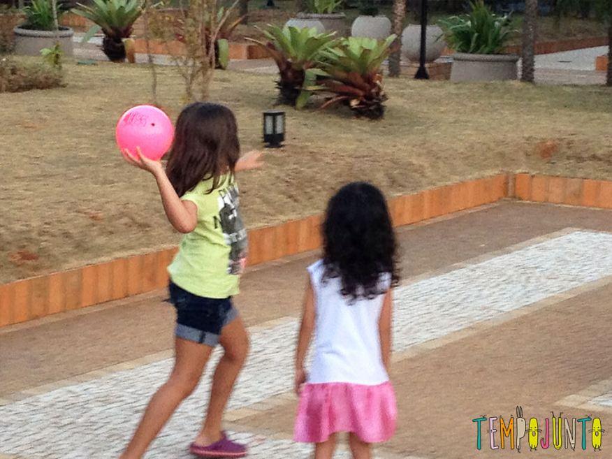 Uma bola uma rampa e a brincadeira ao ar livre está pronta - lançando a bola