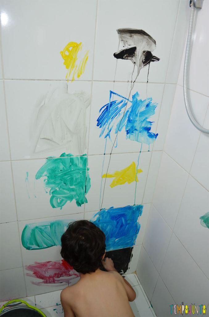 Até o banheiro é lugar de brincar e criar obras de arte - crianças pintando.1