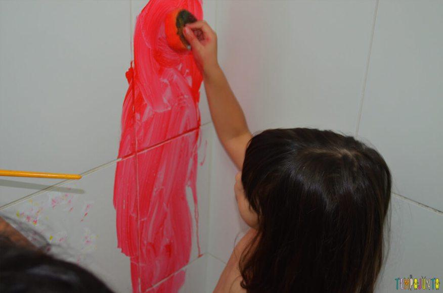 Até o banheiro é lugar de brincar e criar obras de arte - crianças pintando