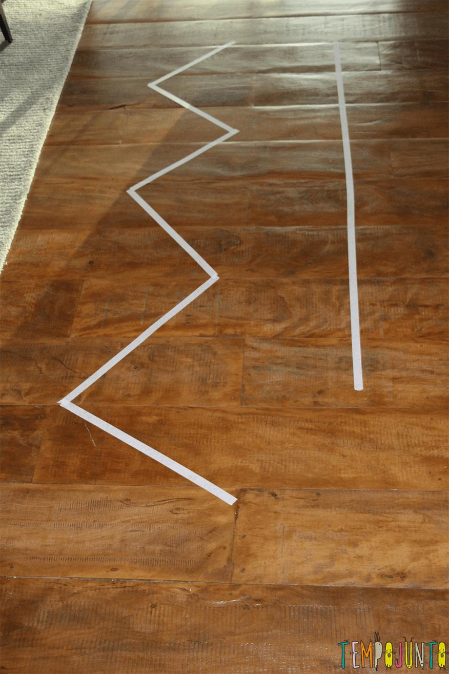 Jogo de movimento para crianças pequenas - fitas no chão