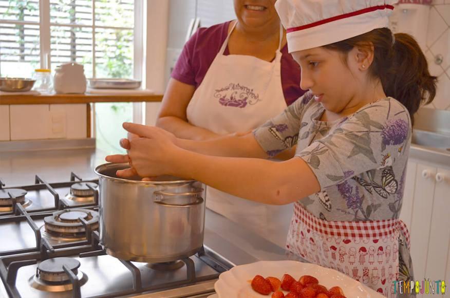Um mimo para as férias das crianças - Tempojunto na Cozinha com Madame Aubergine - carol espremendo limão