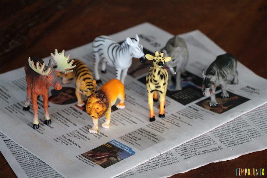 Brincadeira com jornal e papelão - materiais