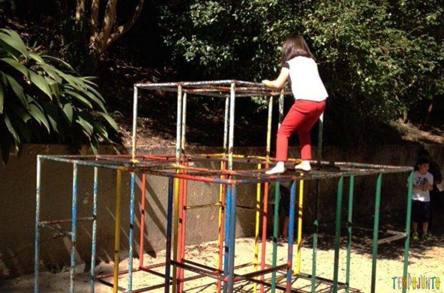 Como estimular o equilibrio e seguranca das criancas com brincadeiras ao ar livre - larissa em cima do trepa trepa