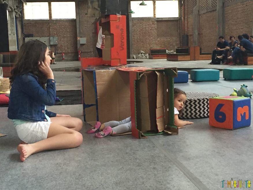 Brincar livre- gabi na caixa