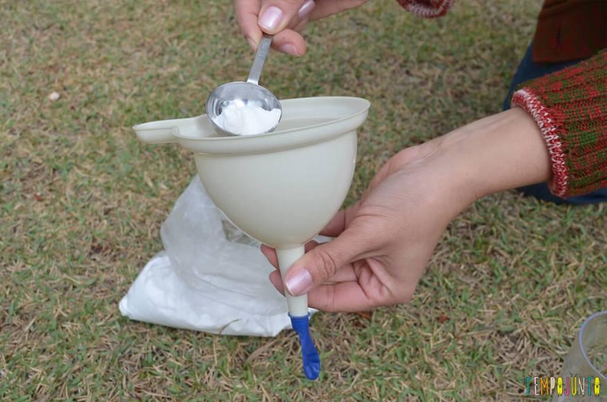 Experiencia bexiga - jogando bicarbonato no funil