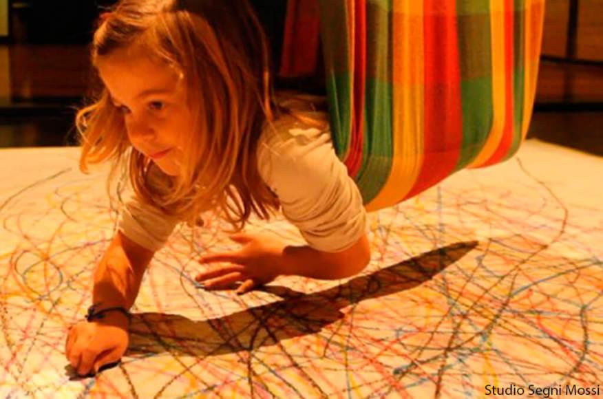 Uma nova forma de brincar de desenhar é acrescentar a dança na receita - menina pendurada desenhando