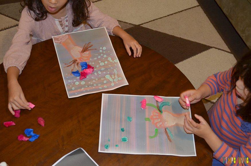 Arte com flores - meninas colando