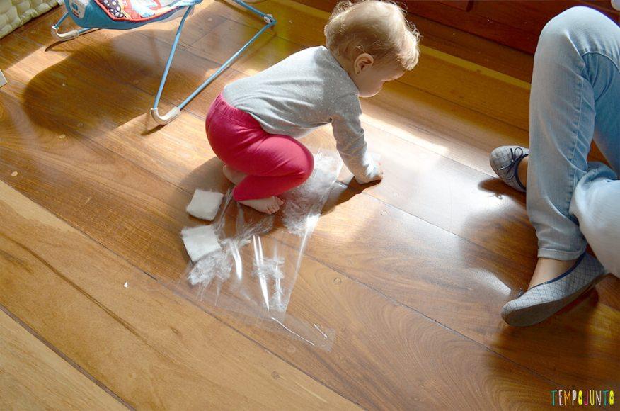 Brincadeira sensorial para bebês com algodão e papel adesivo - carol brincando