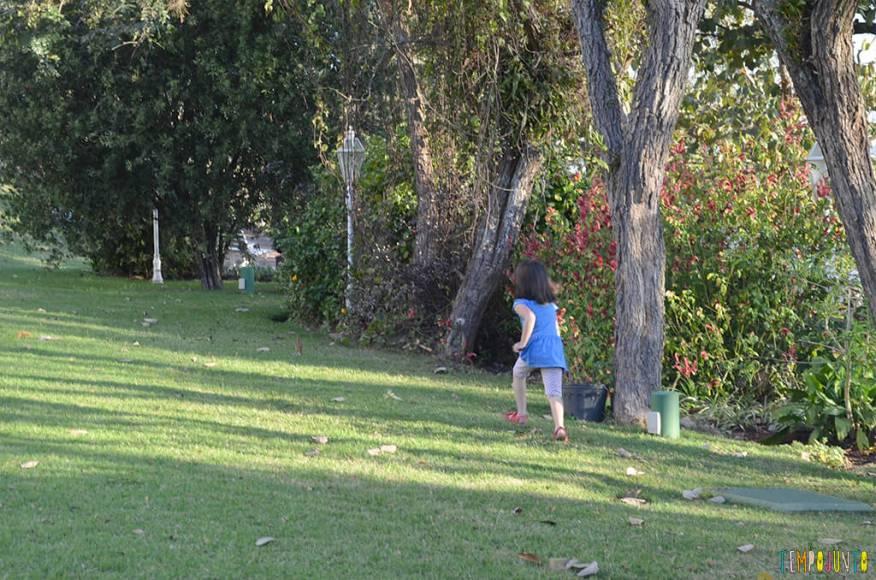Brincar livre ao ar livre aproveitando o que as praças e parques têm disponível - Larissa correndo