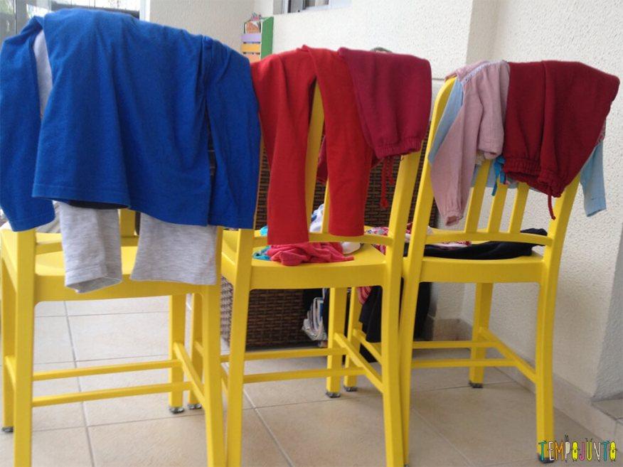 Pega roupas - cadeira com as roupas