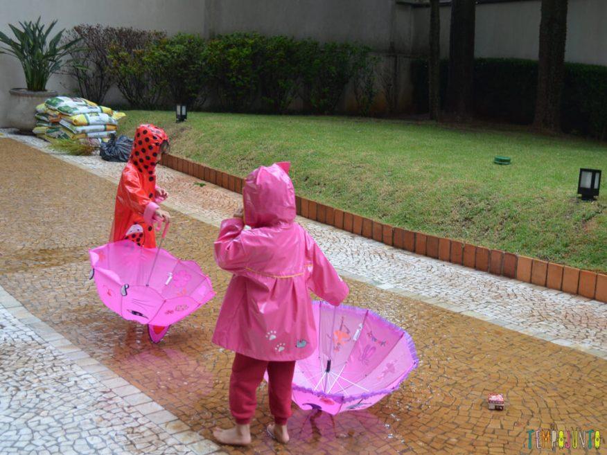 Brincar livre na chuva para criancas a partir de 3 anos_17.39.34_meninas brincando com guarda chuva