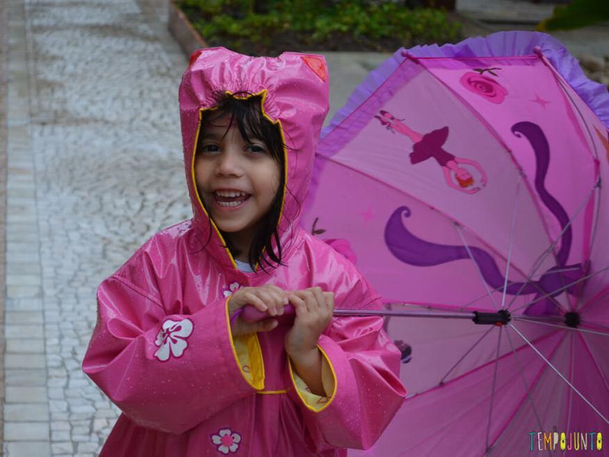 Brincar livre na chuva para criancas a partir de 3 anos_17.56.53_rindo na chuva