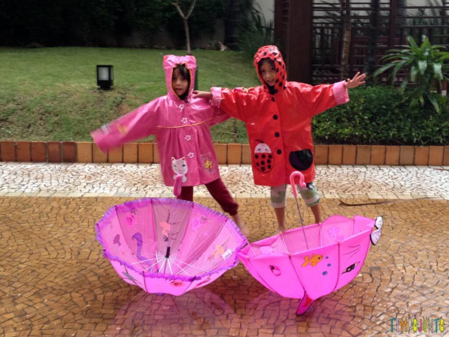 Brincar livre na chuva para criancas a partir de 3 anos_abracadas_guarda_chuva_meninas
