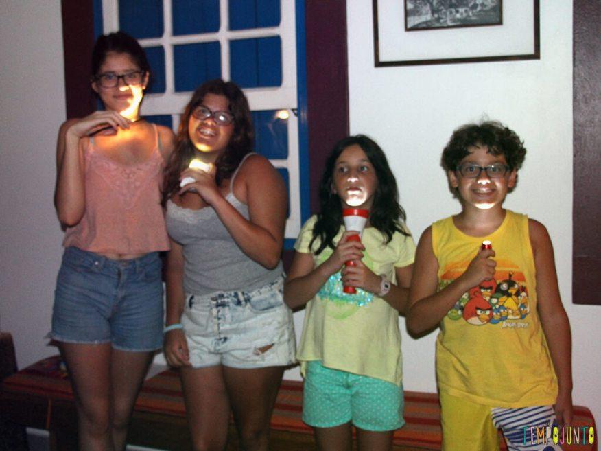 Como brincar de Canibal, diversao garantida para o Halloween_2-IMG_4195_Crianças com lanterna no rosto