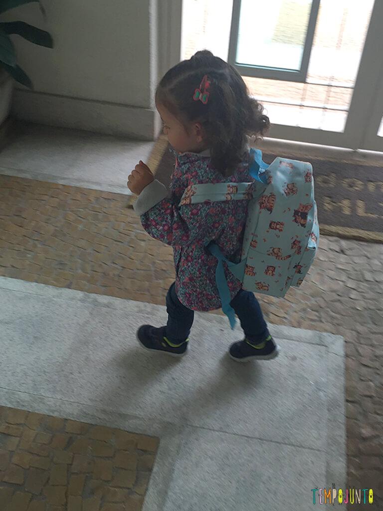 Como brincar sem brinquedo_10.06.32_gabi correndo de mochila