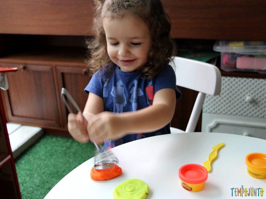 Brincar de massinha e objetos da casa_7230_gabi-se-divertindo_e_repost_facebook