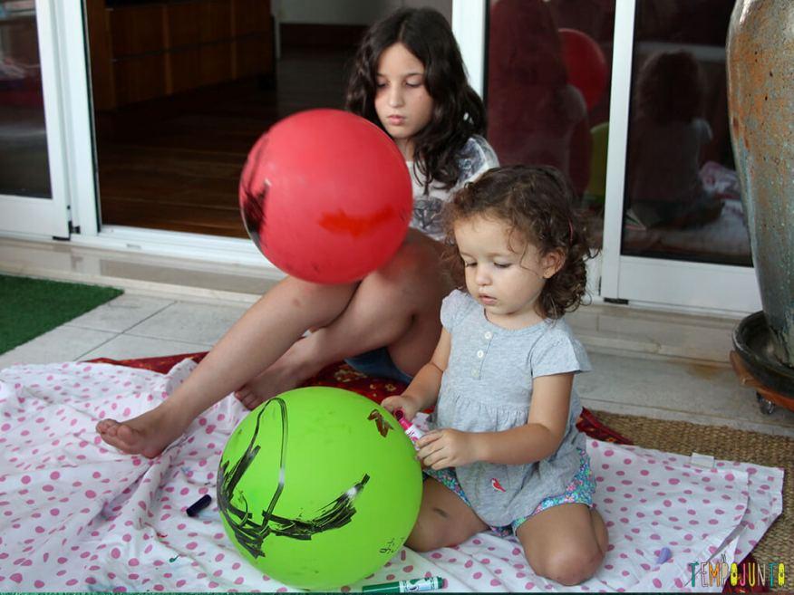 Como brincar com criancas de idades diferentes_IMG_5946_Meninas pintando bexigas