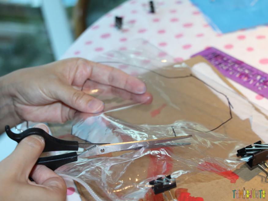 Como customizar um caderno com as criancas_7133_patmarinho recortando plastico 2