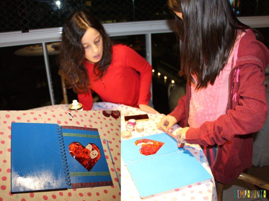 Como customizar um caderno com as criancas_7173_7177_meninas colando fitas no caderno