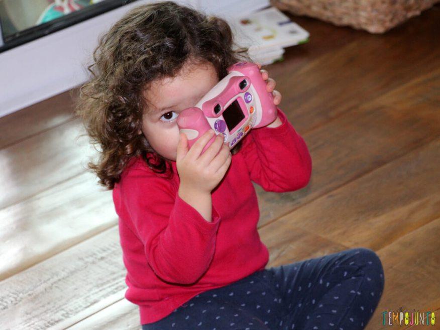 Quando a TV inspira a brincadeira_IMG_7055_Gabi-com-maquina-de-fotografar
