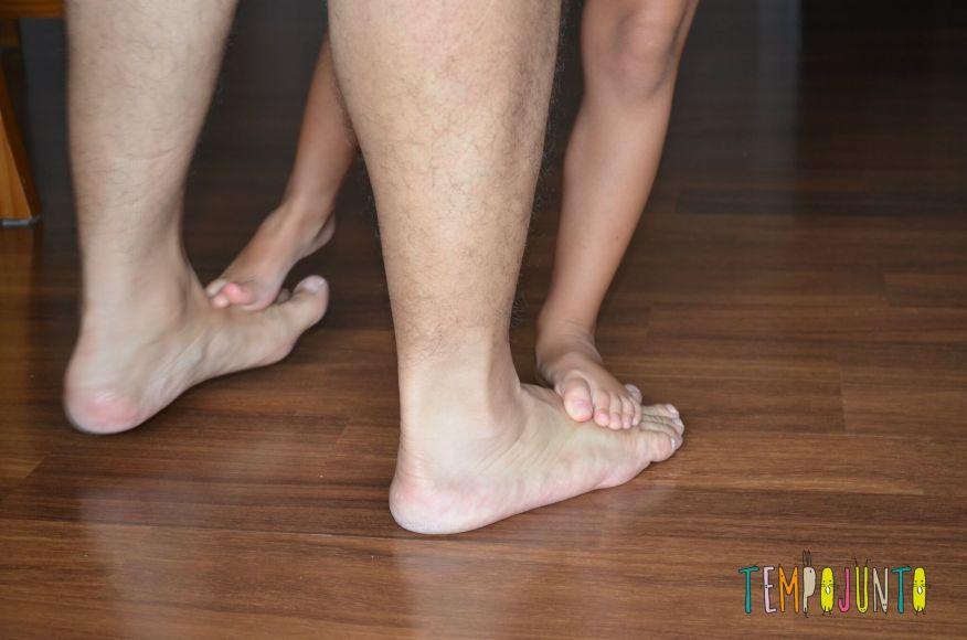 10 brincadeiras rapidinhas para fazer com os filhos em qualquer lugar_CRIANCA NO PE DO PAI_item 10