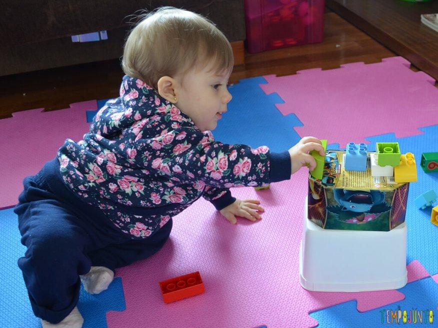 Brinquedos simples para brincar de derrubar com seu bebe_11.59.07_Malu-brincando-2_e-rePost_facebook