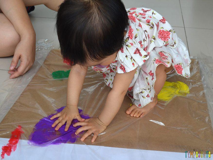 Pintura gigante e sem sujeira para brincar com os bebês_15.13.14_Yukari tocando a tinta roxa