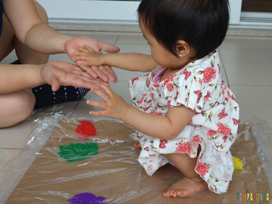 Pintura gigante e sem sujeira para brincar com os bebês_15.13.49_Yukari e Tiemi
