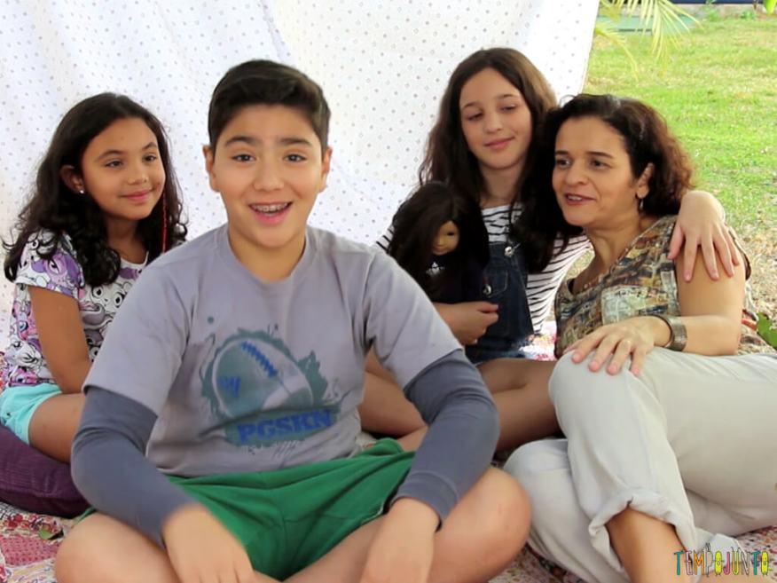 Cabana de lencol no quintal para divertir as criancas_BARRACA-MONTADA-E-CRIANCAS