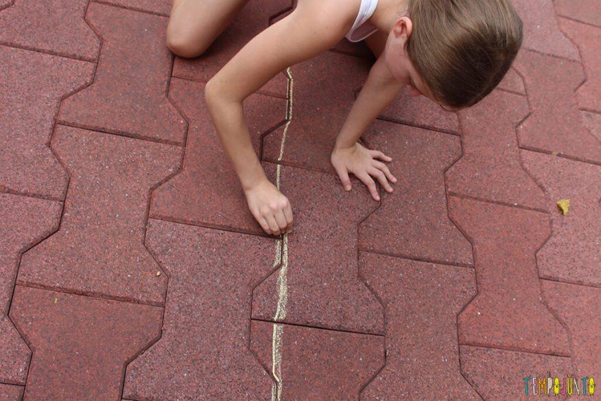 Acerte o alvo com esponja molhada - stella escrevendo no chao