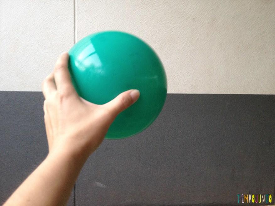 Brincadeira simples com bola para um momento ao ar livre - bola na mao