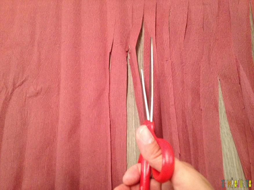 Fiz a fantasia de carnaval dos meus filhos - cortando o crepom