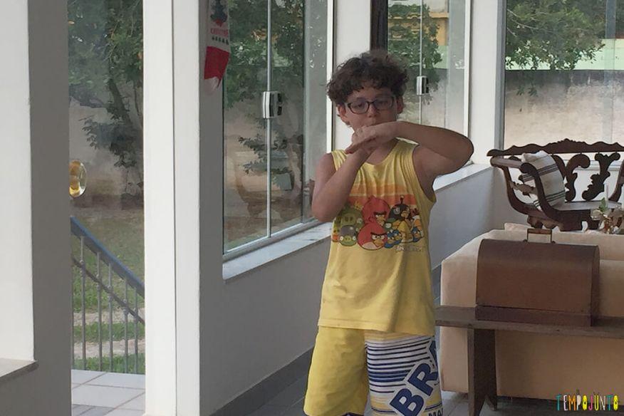 Ideias para organizar uma gincana para crianças grandes -pedro fazendo mimica