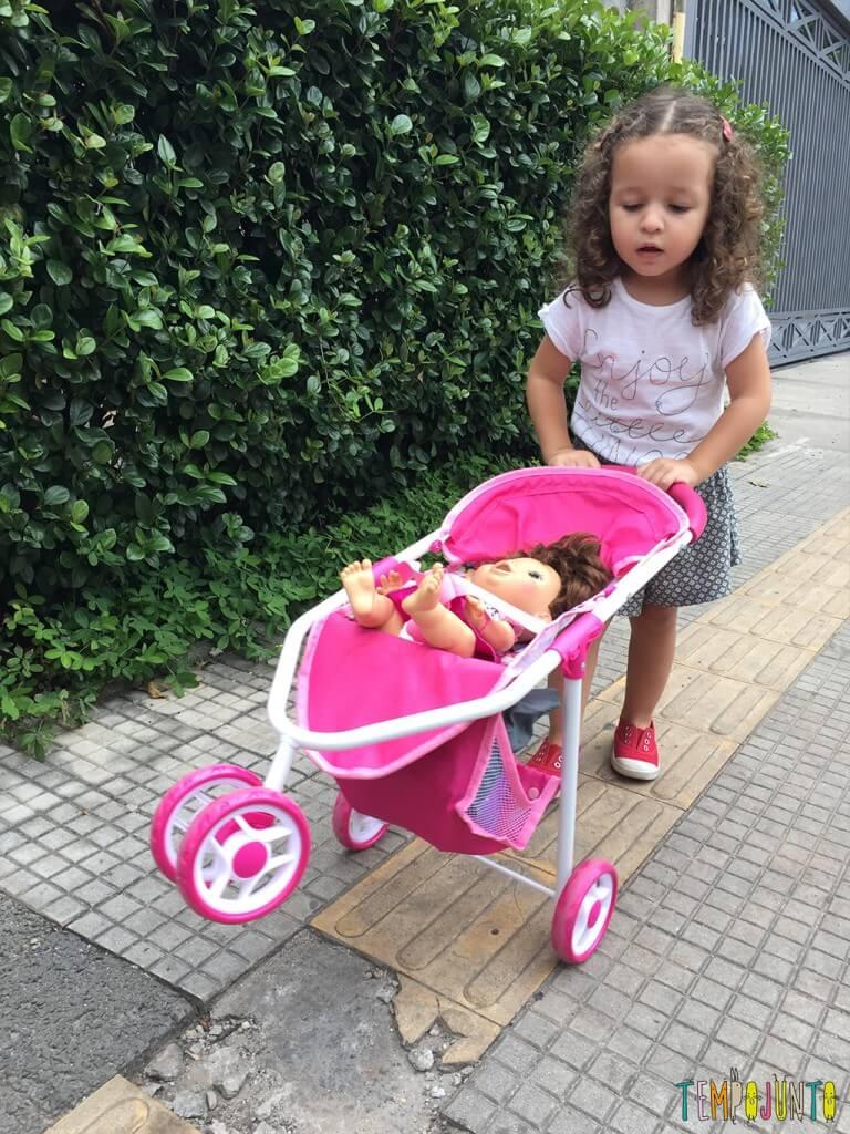 Quando o passeio na rua vira uma grande brincadeira - gabi passeando com a boneca