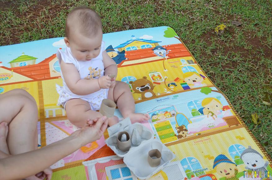 Brincadeira de coordenação com rolo de papel e caixa de ovos - luisa observando