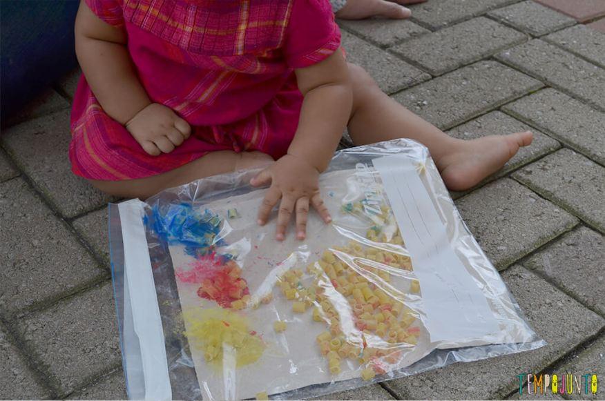 Pintura sem sujeira - julia mexendo no plastico