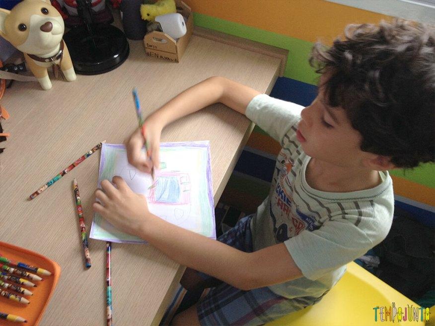 Arte para crianças entre 4 e 7 anos kirigami - henrique pintando