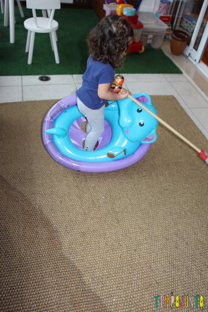 Brincadeiras inventadas pelas crianças - gabi brincando com o barco na varanda