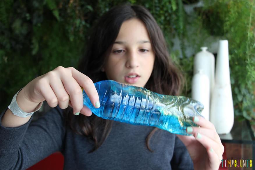 Como fazer brinquedos que acalmam - carol brincando com a garrafa