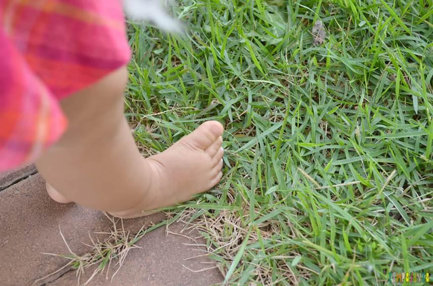 Um passeio sensorial para estimular o tato do seu bebê - julia com o pe na terra