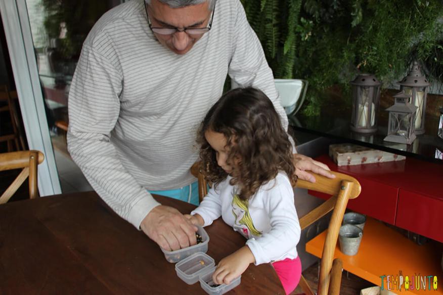 Brincadeira de coordenação motora fina para crianças de 3 anos - gabi separando os graos com o pai
