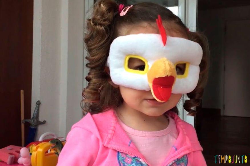 Músicas e histórias para desenvolver a linguagem - gabi com mascara de galinha