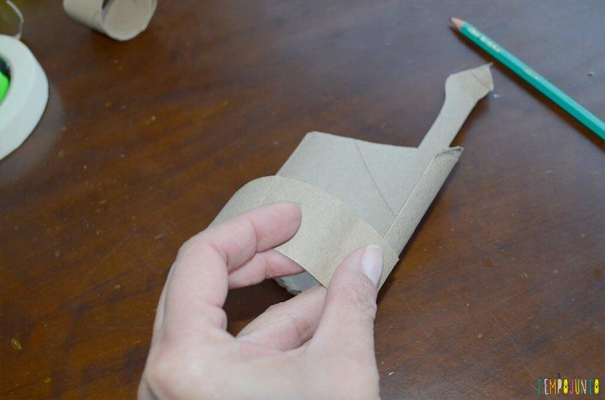 Um fantoche diferente feito de tubo de papel toalha - alça formada na parte do corpo