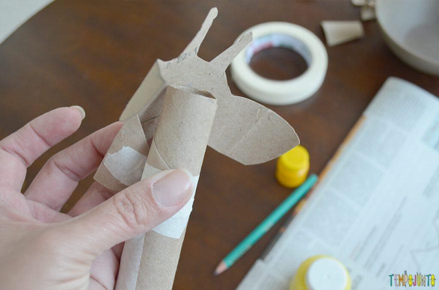 Um fantoche diferente feito de tubo de papel toalha - cabeca e pescoco colados 2