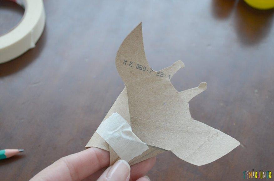 Um fantoche diferente feito de tubo de papel toalha - girafa colada