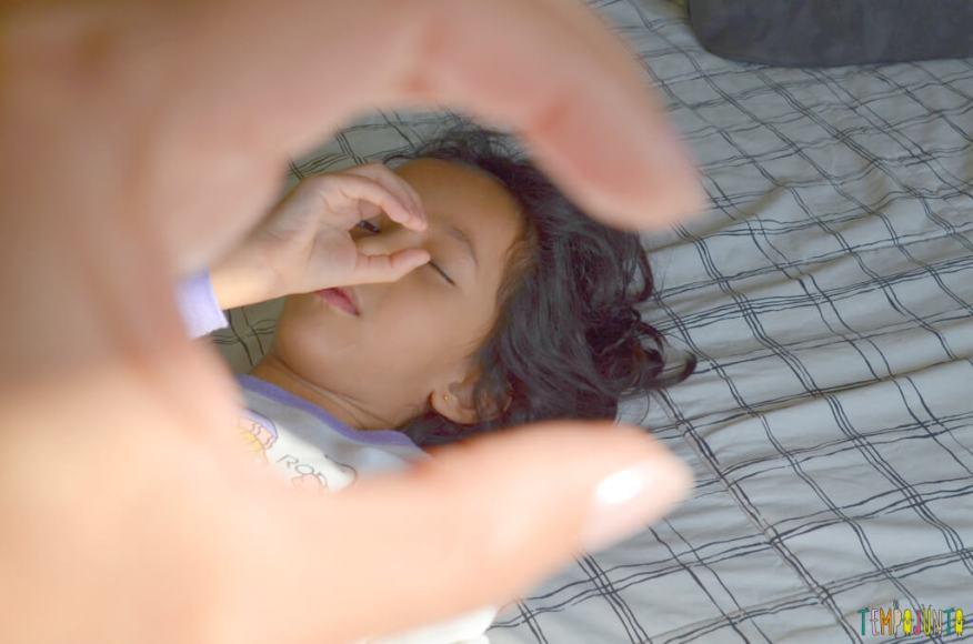 Brincadeiras para quando as criancas nos acordam - sofia e patricia olhando juntas