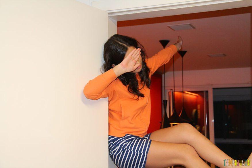Escalar parede para ser criança - carol fazendo pose