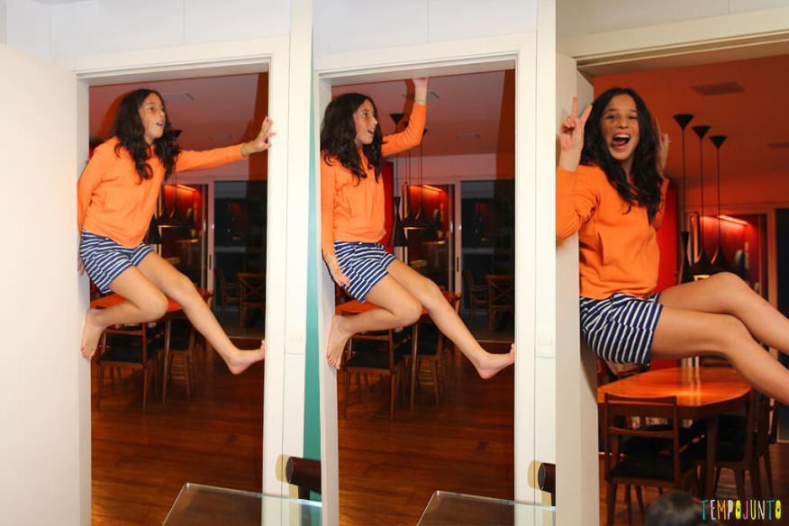 Escalar parede para ser criança - carol pendurada no batente da porta