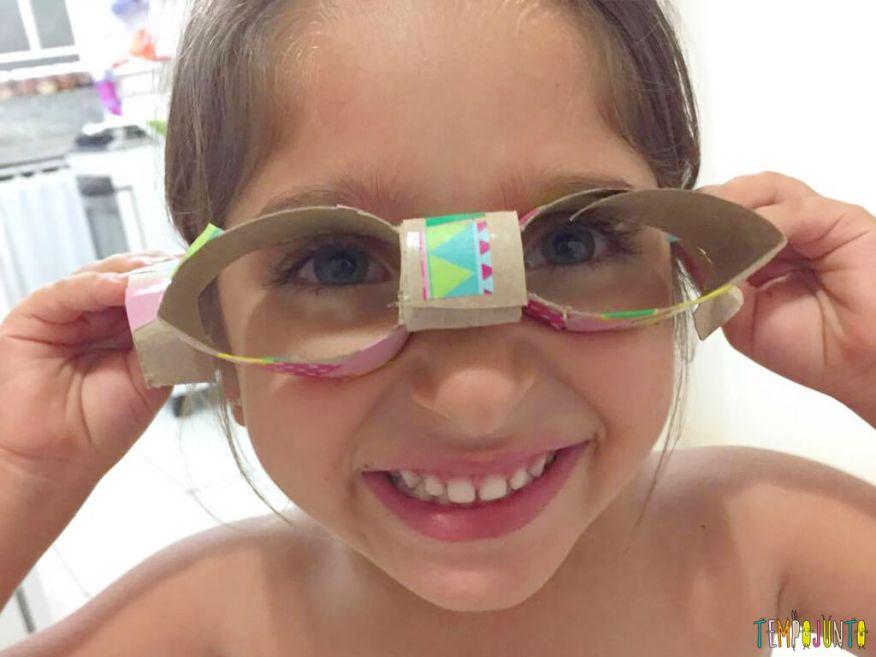 Você no Tempojunto Brincar é seu melhor presente com Paula Marconi - isabela com os oculos de papel