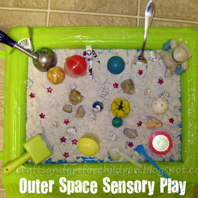 10 ideias para brincar de espaço sideral - caixa sensorial